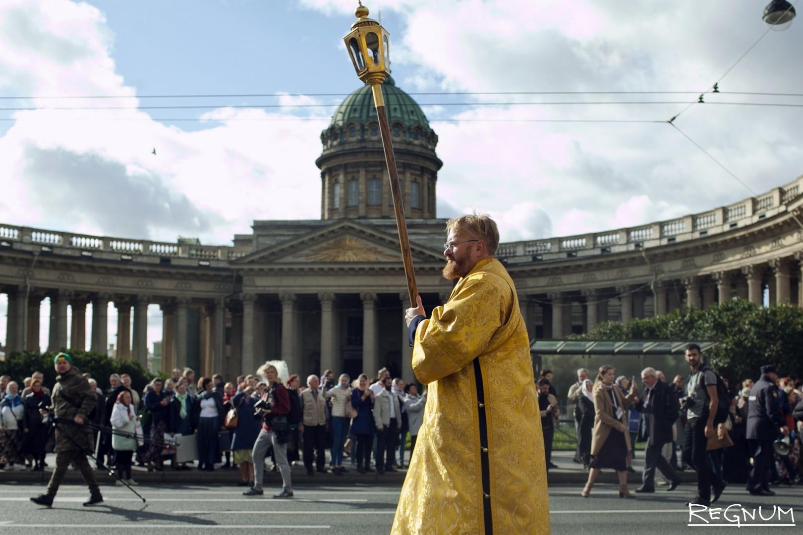 Виталий Милонов во главе Крестного хода