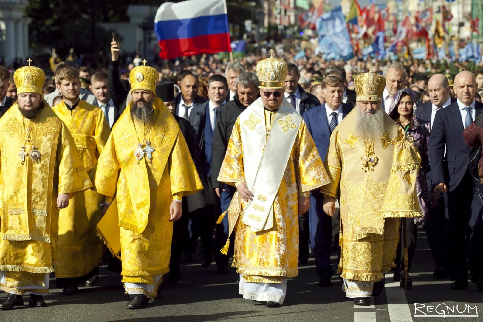 Праздничный крестный ход по Невскому проспекту