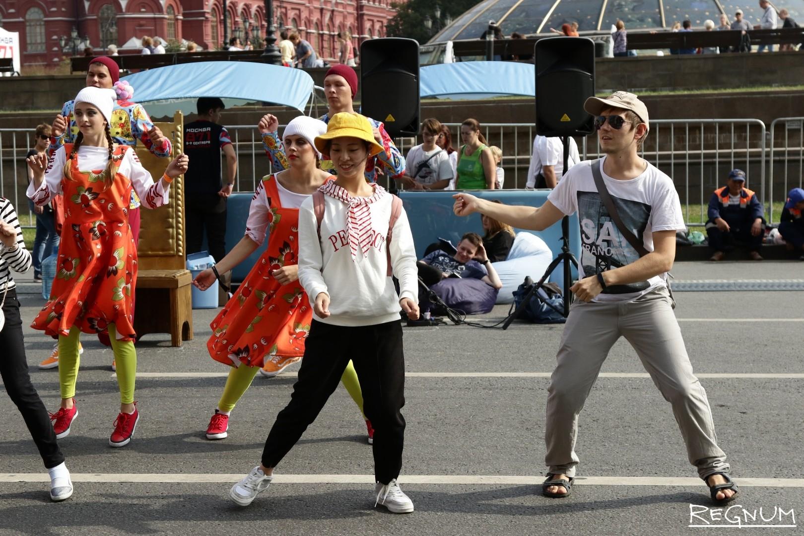 Танцевальный флэшмоб на Моховой улице