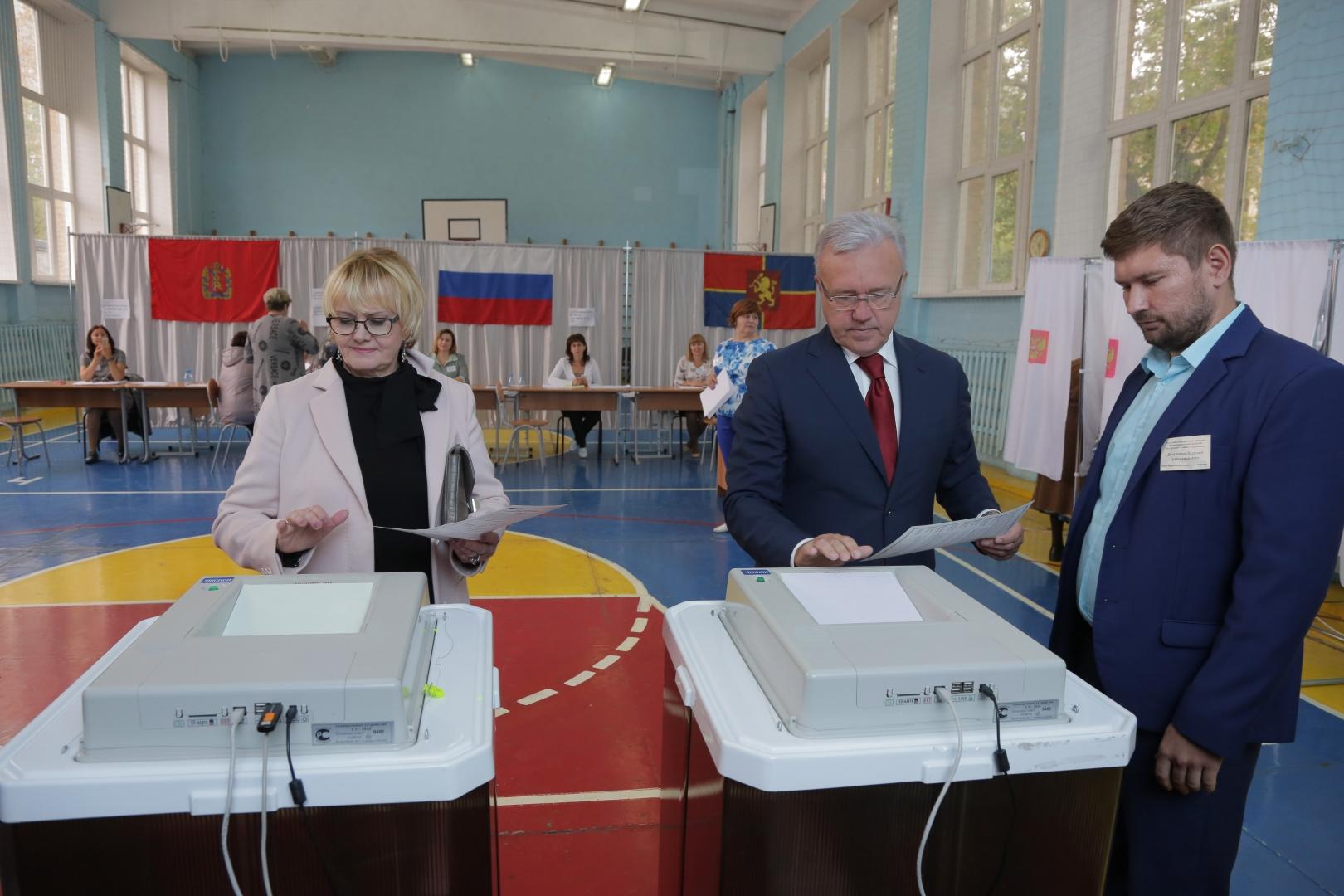 Александр Усс (в центре) на выборах в Красноярском крае