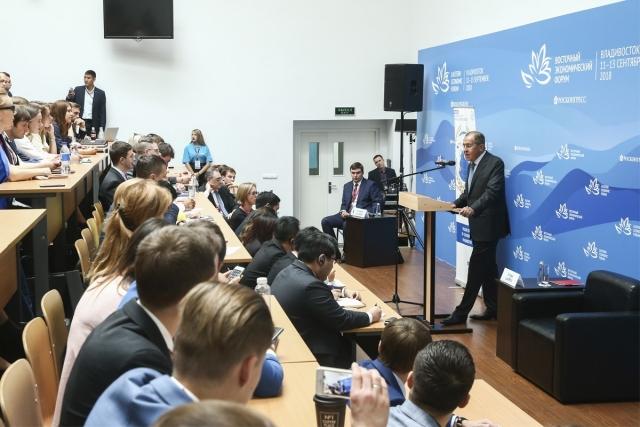 На ВЭФ Лавров обсудил с молодежью международный вектор Дальнего Востока