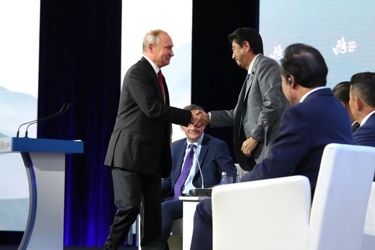 Владимир Путин жмет руку Синдзо Абэ перед началом пленарного заседания Восточного экономического форума