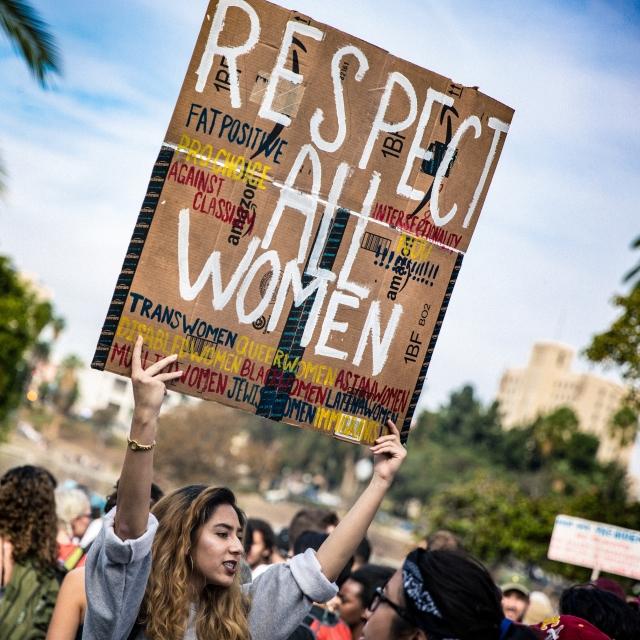 Надпись на плакате «Уважение всем женщинам»