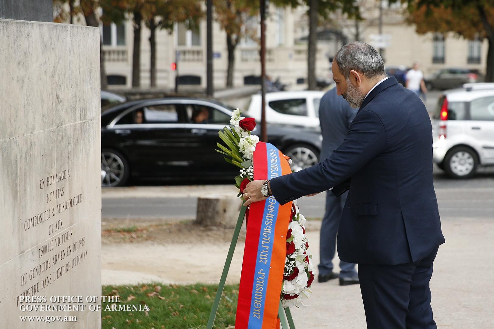 Никол Пашинян возлогает венок к памятнику Комитасу в Париже