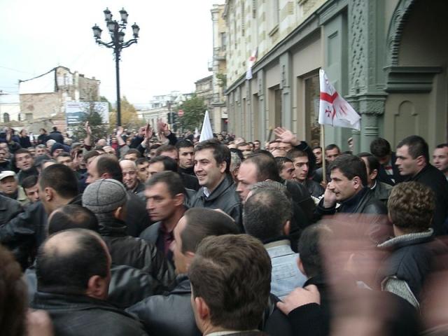 Михаил Саакашвили среди демонстрантов. 2003