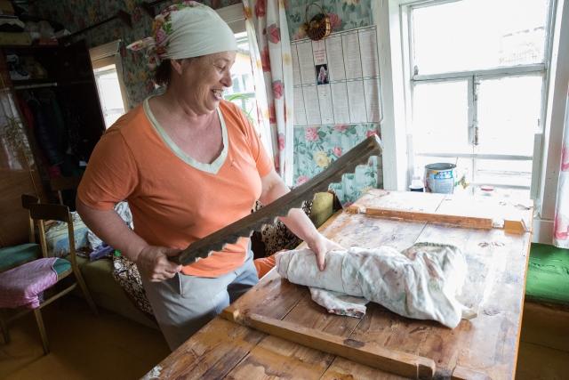 В доме Любови Васильевны сохранилось множество старинных вещей. На фото она показывает, как гладили белье после стирки ещё несколько десятилетий назад