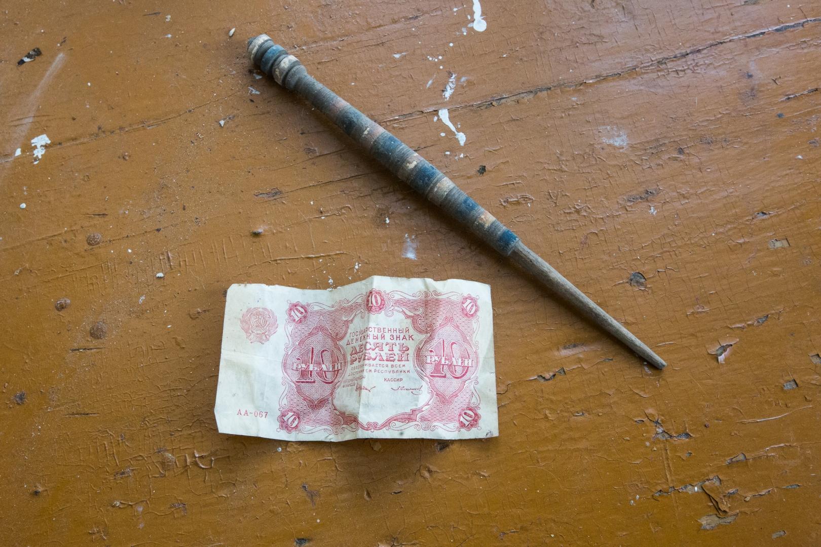 Веретено и старая купюра. На чердаке большинства домов сохранились предметы старины, которыми пользовались предыдущие поколения. Некоторые предметы все еще используются в быту