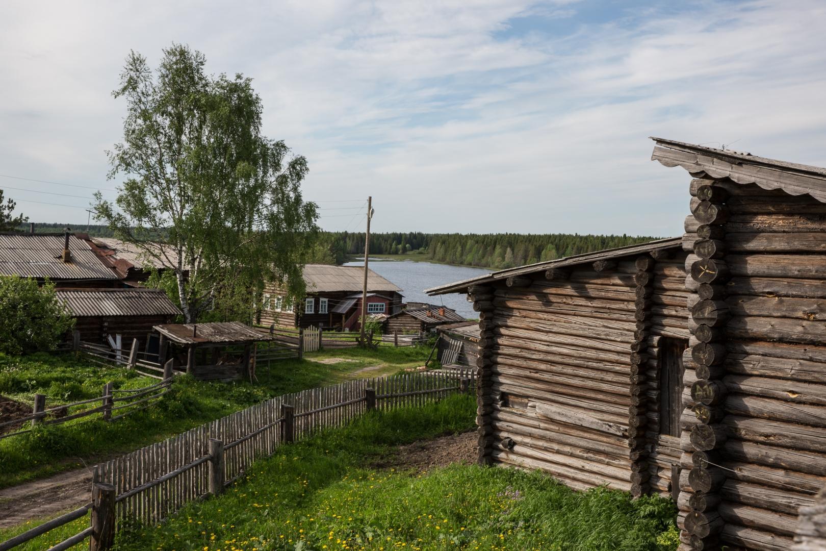 Деревянные дома в селе Керчомье. На берегу озера Вад. Дом на переднем плане построен больше 100 лет назад