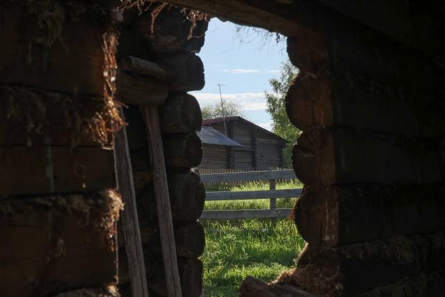 Вид на центральную улицу Керчомья через стену разрушенного дома