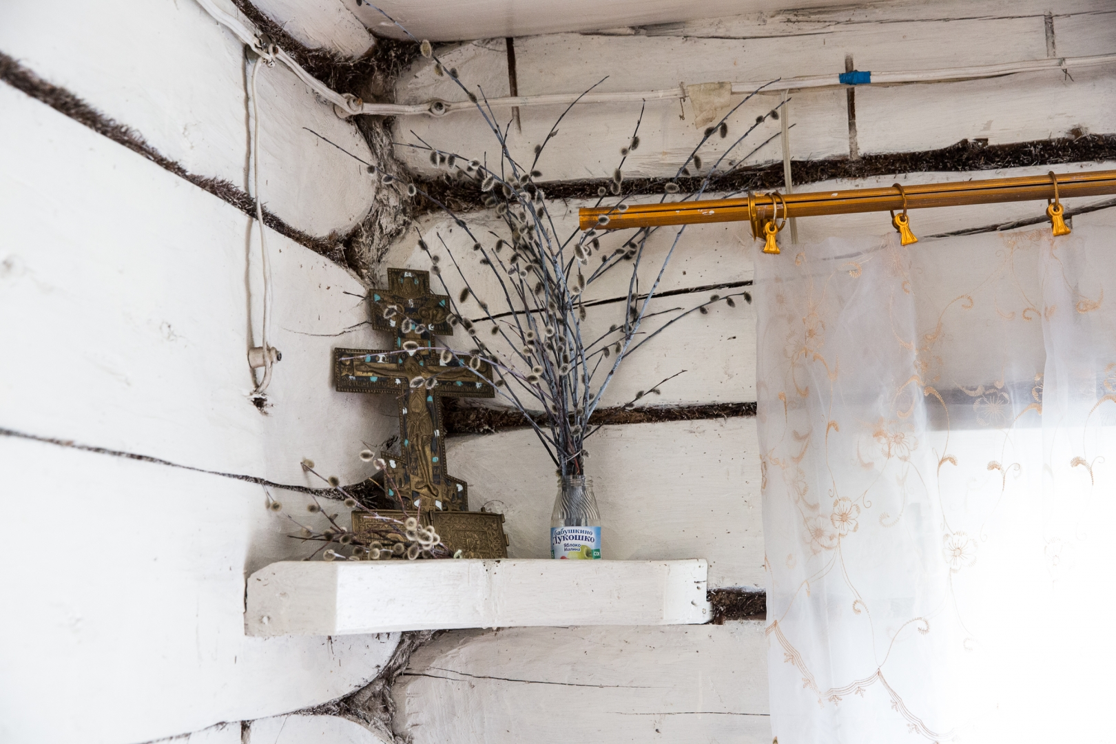 Старообрядческий крест и верба с Вербного воскресенья в красном углу