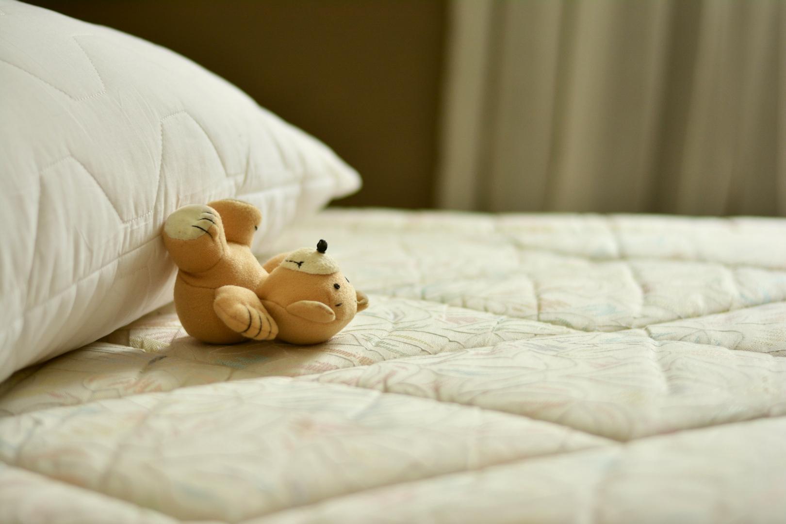 Медвеженок на кровати
