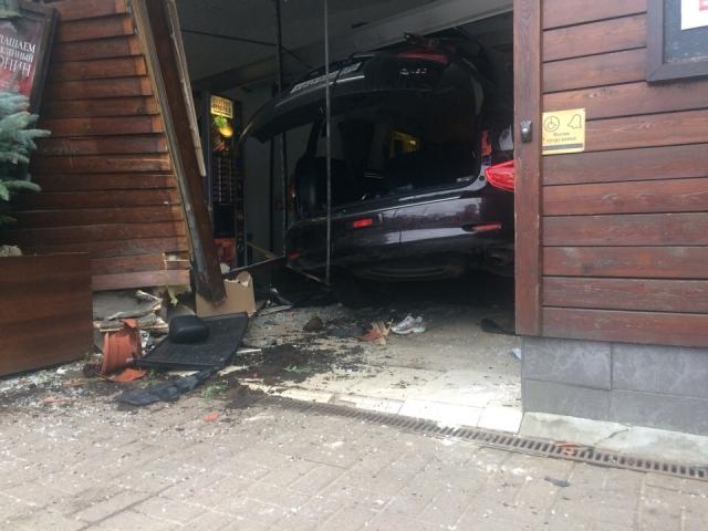 Под Петербургом автомобиль въехал в супермаркет, сбив насмерть пенсионерку