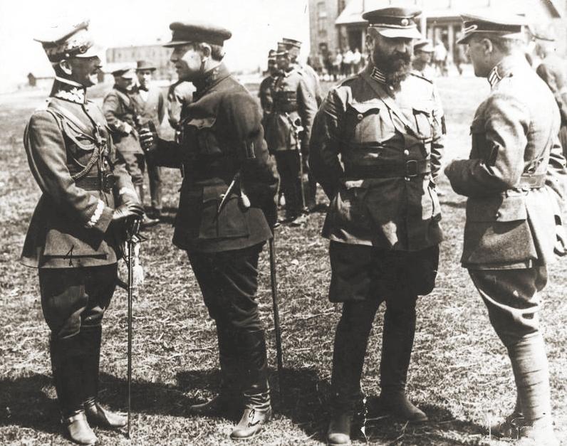 Симон Петлюра (второй слева)