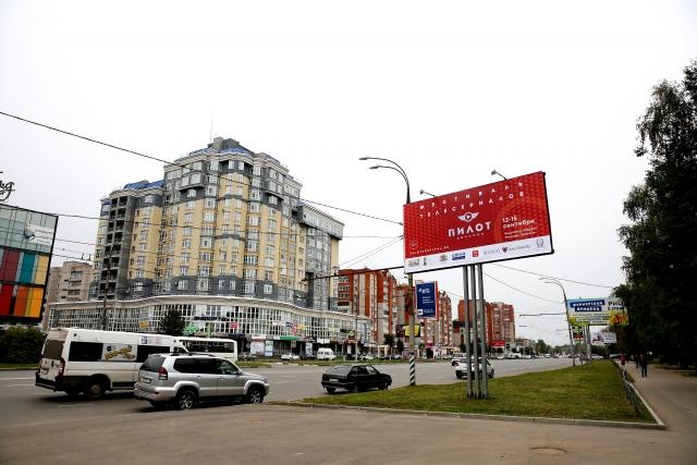 Реклама фестиваля «Пилот» на городской улице