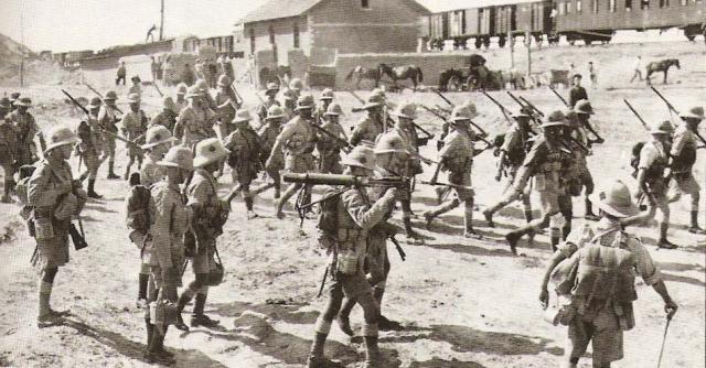 Английские солдаты на железнодорожной станции Баладжары в пригороде Баку