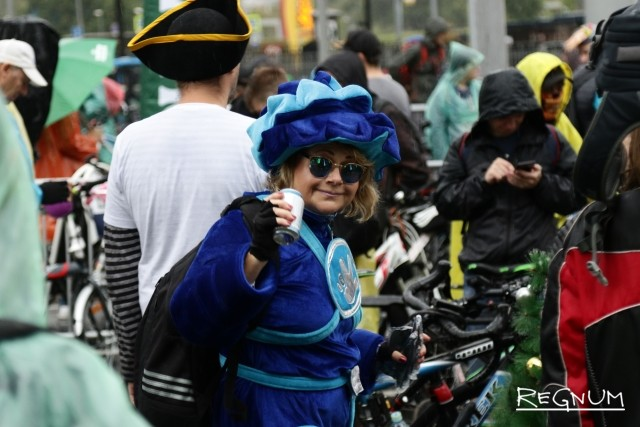 Участники велопарада пришли в костюмах героев мультфильмов