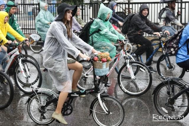 Осенний велопарад в Москве собрал «мультяшек» разных стран: фоторепортаж