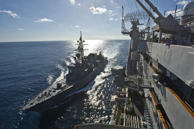 Корабль ВМС Японии рядом с американским авианосцем