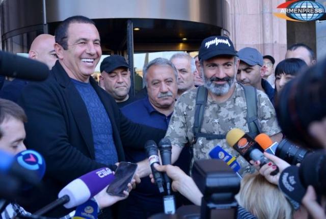 Картинки по запросу Свет и тени революции в Армении. Два взгляда на события в Ереване