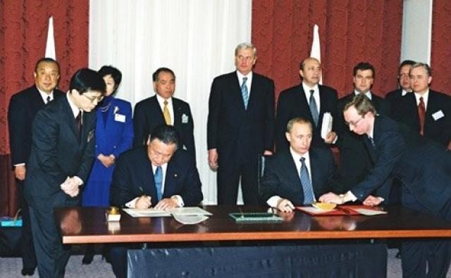 Подписание Иркутского заявления о дальнейшем продолжении переговоров по проблеме мирного договора. 25 марта 2001 года, Иркутск