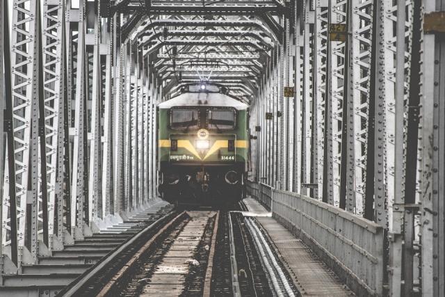 В США обрушился мост с грузовым поездом