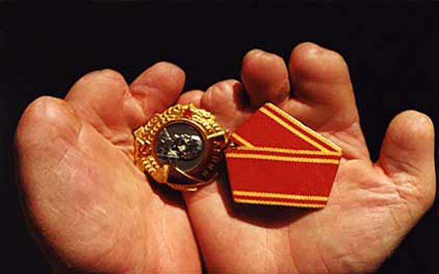 Орден Ленина в руках Владимира Каратаева