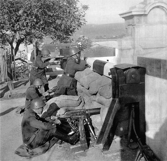 Чехословацкие солдаты готовятся защищать границу. 1938