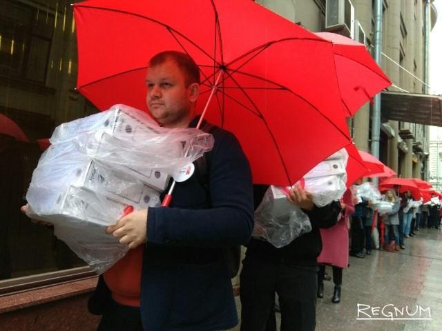 В Администрацию президента РФ передали подписи против пенсионной реформы