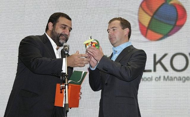 Рубен Варданян вручил Дмитрию Медведеву символ «Сколково» — «Яблоко знаний»