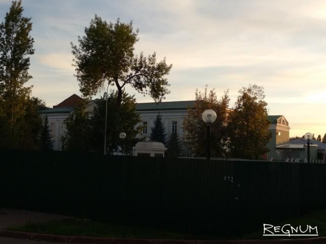 Временно опустошенный старейший в регионе памятник Ленину. Бронзовую скульптуру вождя демонтировали и отправила на склад на период реставрации пьедестала