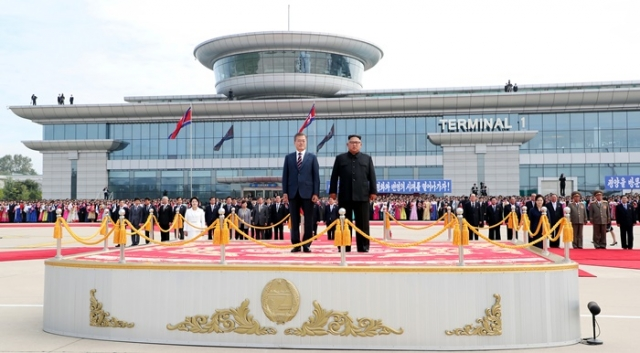 Встреча глав Северной и Южной Кореи в в северокорейском аэропорту «Сунан»