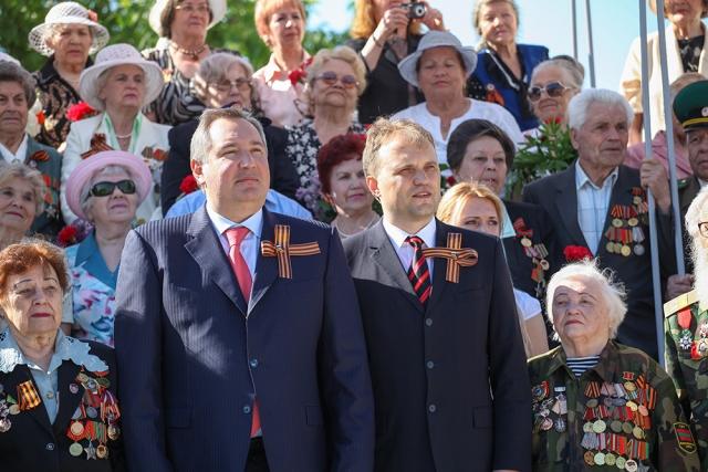 Евгений Шевчук и Дмитрий Рогозин 9 мая 2013 в Тирасполе