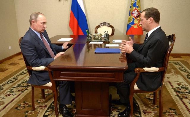 Медведев позвонил Путину и поздравил с днём рождения
