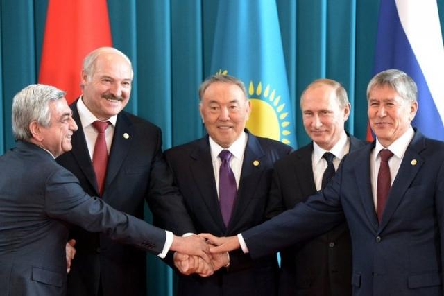 Перед заседанием Высшего Евразийского экономического совета. Слева направо Серж Саргсян, Александр Лукашенко, Нурсултан Назарбаев, Владимир Путин, Алмазбек Атамбаев