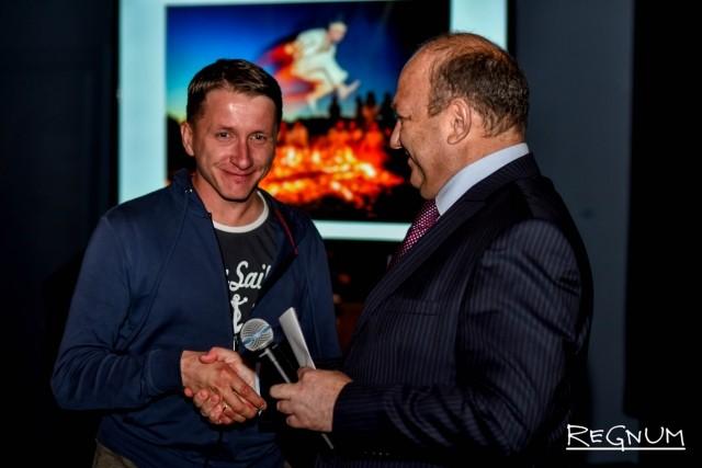 Виталий Сучков награждает победителя в номинации гран-при фотоконкурса