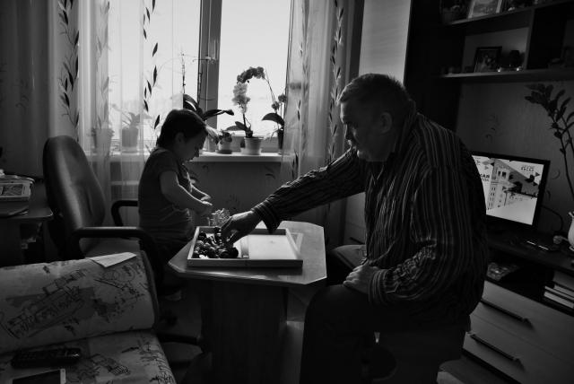 Ира играет с папой в шахматы