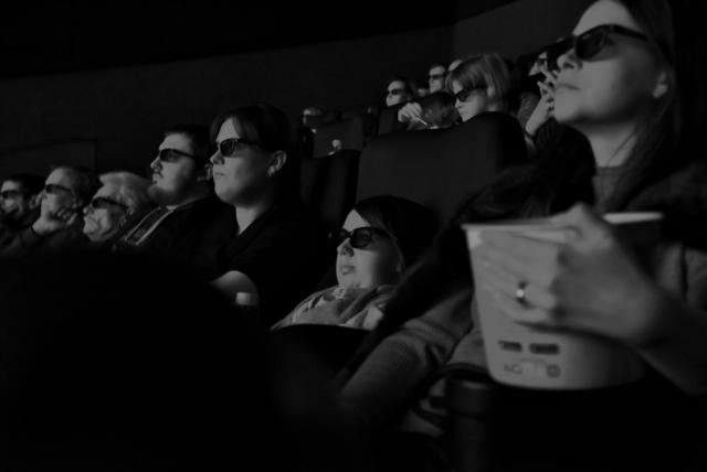 Ира смотрит фильм 3D с подругами в кино, Смоленск