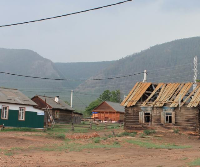 Деревня Курма. В начале 1980-х в ней оставался лишь один домик — тот, что рядом со старой лиственницей