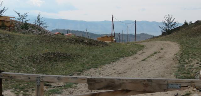 Строящееся ДНТ «Камыши» на Байкале. Здесь еще и шлагбаум поставили
