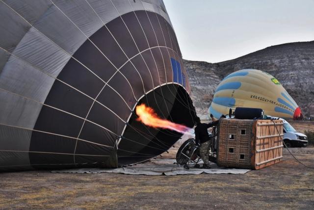 С помощью вентилятора купол шара наполняется холодным воздухом, который затем нагревается пламенем пропановой горелки. Разреженный горячий воздух легче холодного, что и приводит в движение воздушный шар