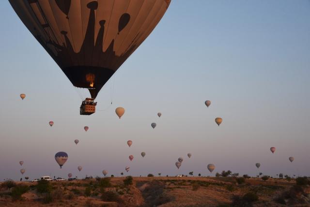 Полёты на высоте от 3000 метров предполагают наличие у пассажиров кислородных устройств, поэтому воздушные шары не поднимаются на высоту, превышающую допустимую норму