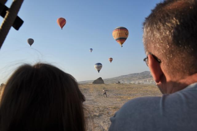 Пассажиры наблюдают приготовление посадки воздушного шара. Каппадокия. Турция