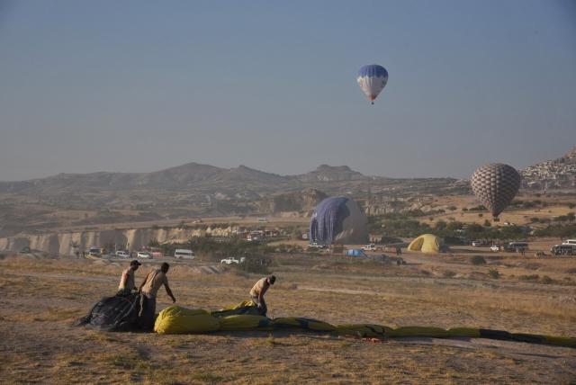 После того, как шар окончательно приземлился, пилот открывает клапан купола, что приводит к выходу воздуха. Шар склоняется и ложится на землю. На земле работающая команда полностью выпускает воздух и упаковывает шар