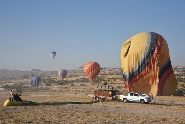 Как правило, пилоты стараются осуществить посадку шара рядом с дорогой, чтобы облегчить подъезд сопутствующего транспорта