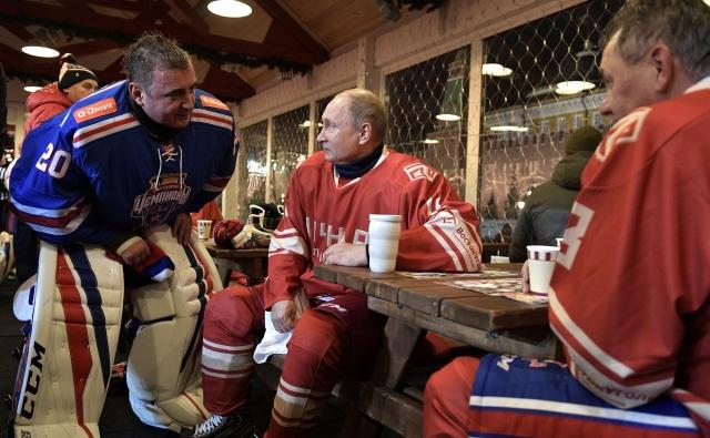 В перерыве товарищеского матча Ночной хоккейной лиги. Владимир Путин с губернатором Тульской области Алексеем Дюминым и Министром обороны Сергеем Шойгу (справа)