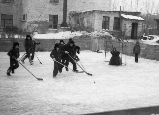 Дети играют в хоккей