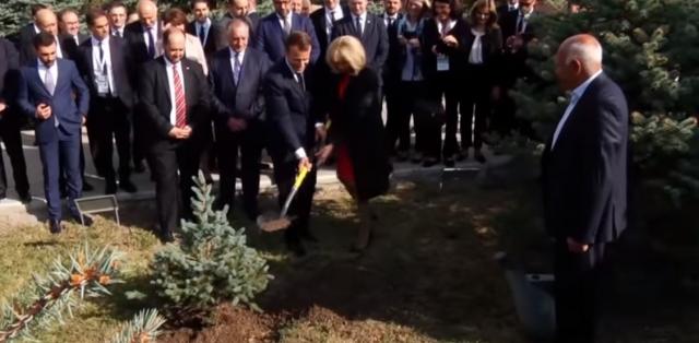 Макрон в Ереване посетил мемориал жертв Геноцида армян