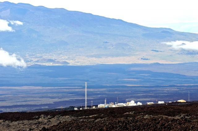 Атмосферная обсерватория у вершины вулкана Мауна-Лоа. Вид с Мауна-Лоа на Мауна-Кеа