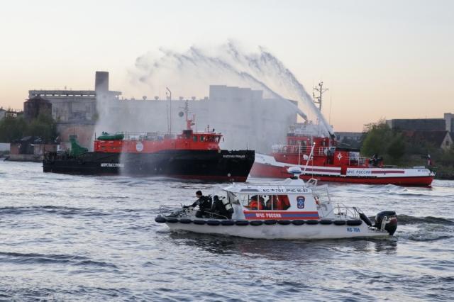 В Калининграде глава МЧС наблюдал отработку ЧП в порту
