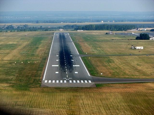 Пассажирский самолет совершил аварийную посадку в аэропорту Уфы